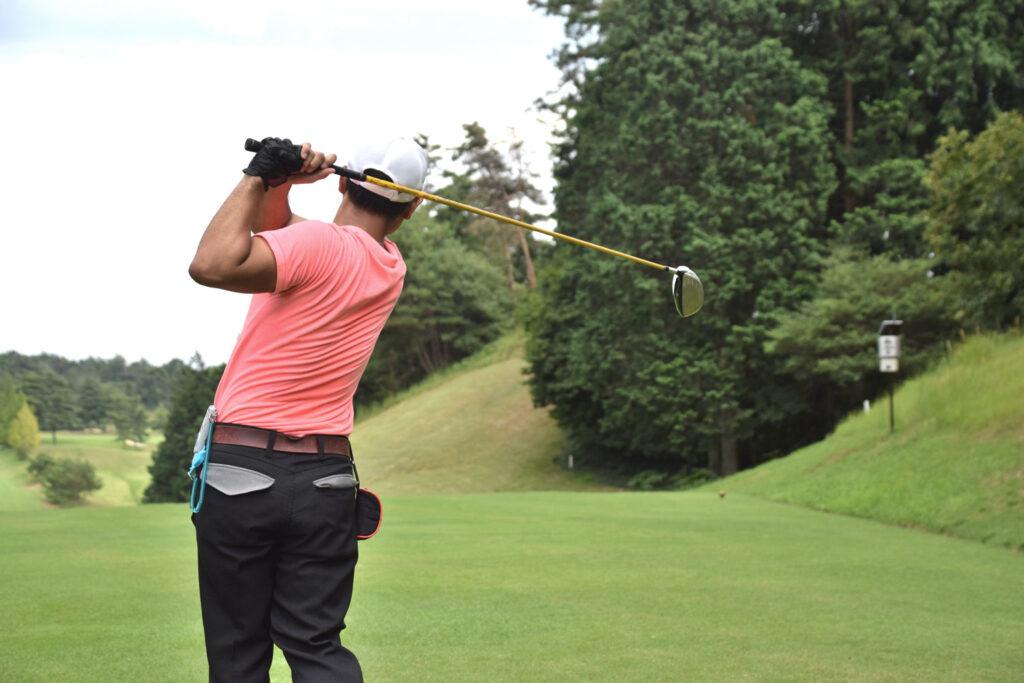 ゴルフをしている人 画像